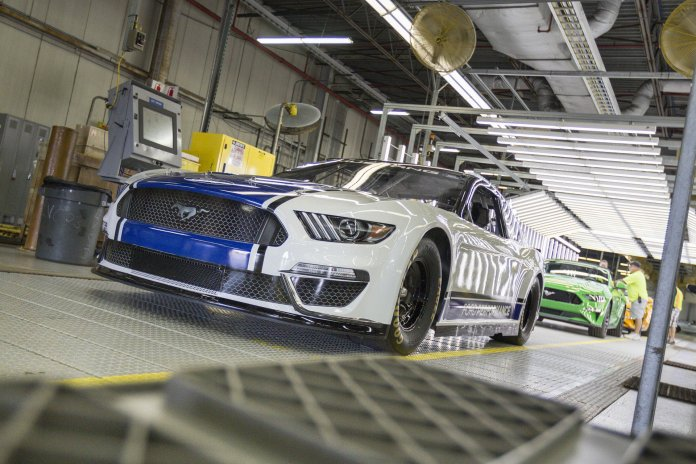 Ford Mustang Monster Energy NASCAR 2019
